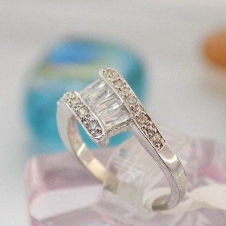 انگشتر طرح طلای سفید با نگین های ظریف باگت کد rg-n107 از مقابل