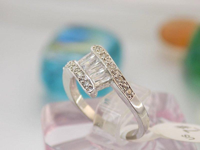 انگشتر طرح طلا سفید با نگین های باگت