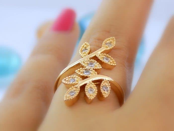 انگشتر دخترانه طرح برگ ژوپینگ (xuping) نگین دار rg-n108 روی دست