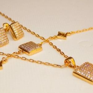سرویس تمام زنانه ظریف نگین دار مربعی طرح طلا کد SE-n102 از نمای کنار