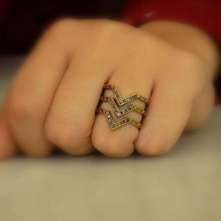 انگشتر برنجی زنانه سه ردیفه با نگین های مشکی rg-n104 بر روی دست