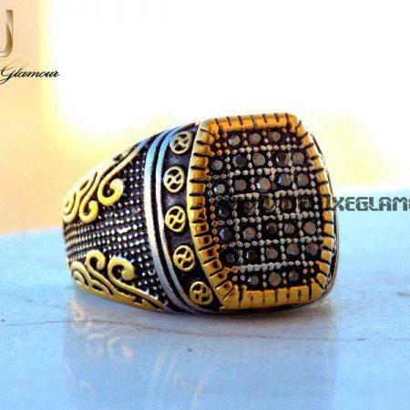 انگشتر مردانه لوکس نقره ای - طلایی نگین دار rg-n140 از روبرو و بروی سنگ