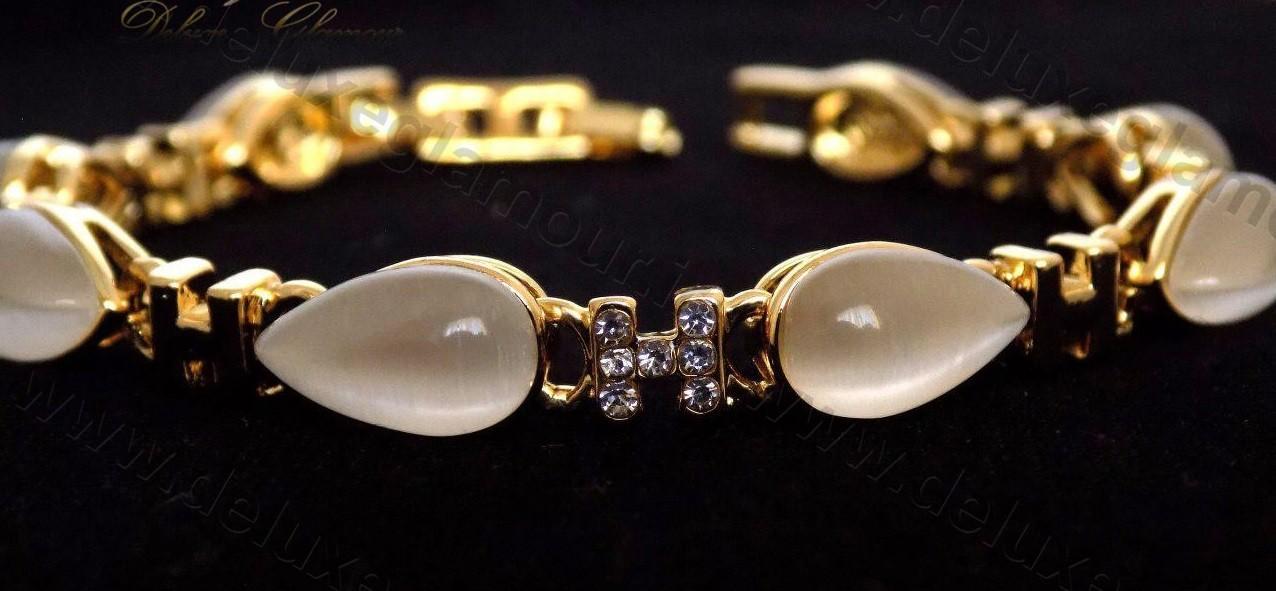دستبند دخترانه لوکس طلایی با المان های سواروسکی کلیو cl-0190-D با پس زمینه مشکی از نزدیک