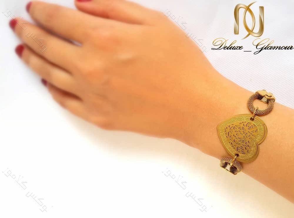 دستبند استیل زنانه زنجیری طلایی طرح قلب ds-n123 دست چپ