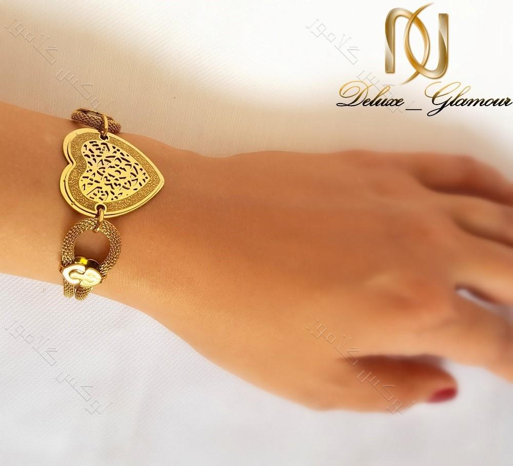 دستبند استیل زنانه زنجیری طلایی طرح قلب ds-n123 بر روی دست