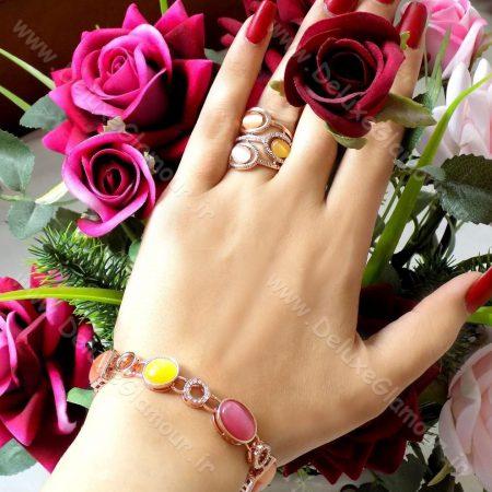انگشتر زنانه کلیو با سنگ اپال و المان سواروسکی rg-n121 روی دست