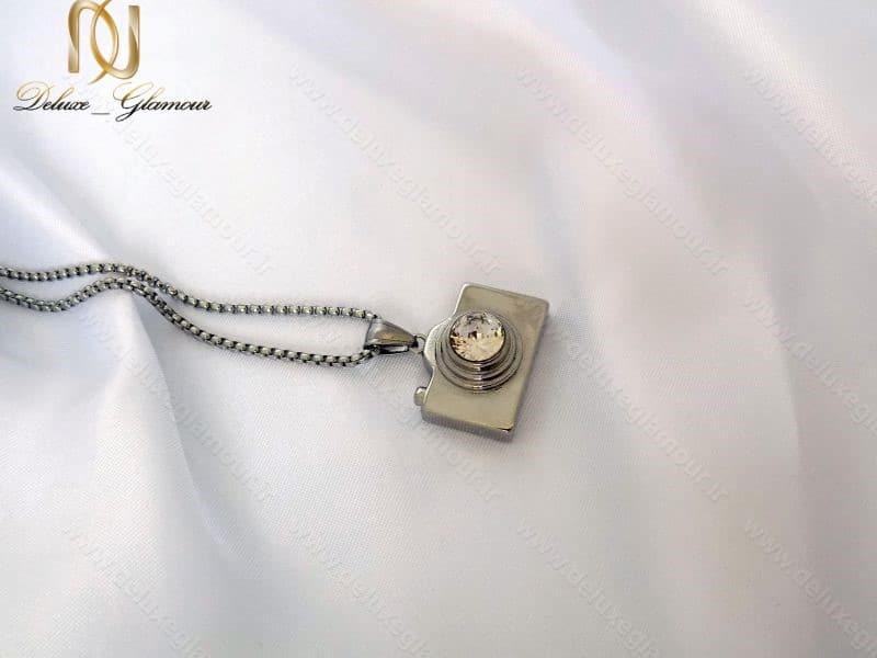 گردنبند رومانتویی و رولباسی استیل با آویز طرح دوربین کد Nw-n110 بر روی پس زمینه سفید