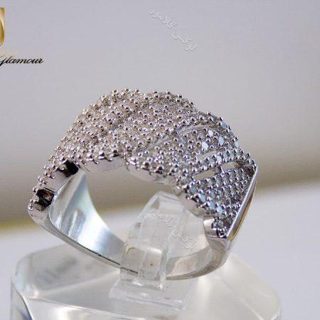 انگشتر زنانه نقره ای جواهری با المان های سواروسکی rg-n125 روی استند از پشت