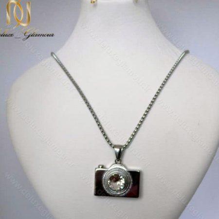 گردنبند رومانتویی و رولباسی استیل با آویز طرح دوربین کد Nw-n110 روی استند