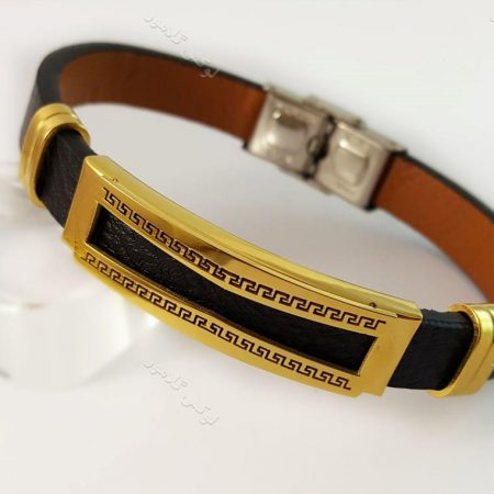 دستبند چرمی مردانه تک ردیفه مشکی-طلایی با قفل جعبه ای ch-104 کنار استند