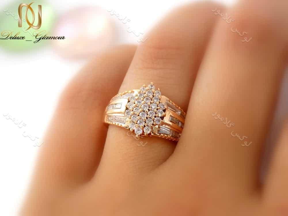 انگشتر زنانه طرح طلای ژوپینگ با نگین های باگت کد rg-n124 بر روی انگشت