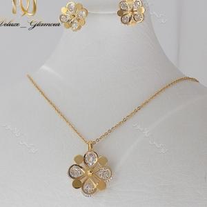 نیم ست طلایی دخترانه گردنبند و گوشواره طرح گل ns-n110 بر روی استند