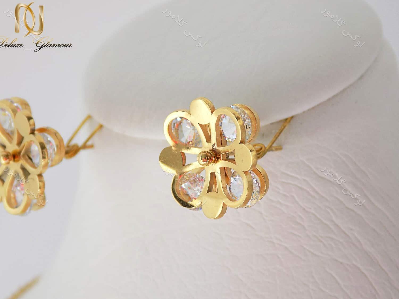 نیم ست طلایی دخترانه گردنبند و گوشواره طرح گل ns-n110 گوشواره بر روی استند