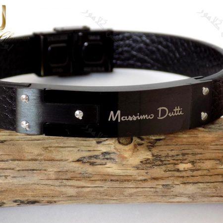 دستبند چرمی مردانه مشکی چند ردیفه با فلز استیل از روبرو بر روی چوب