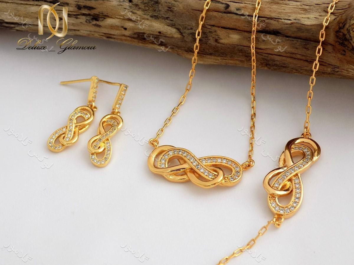 زیورآلات طلایی رنگ ، سنگ ها و کریستال های قیمتی