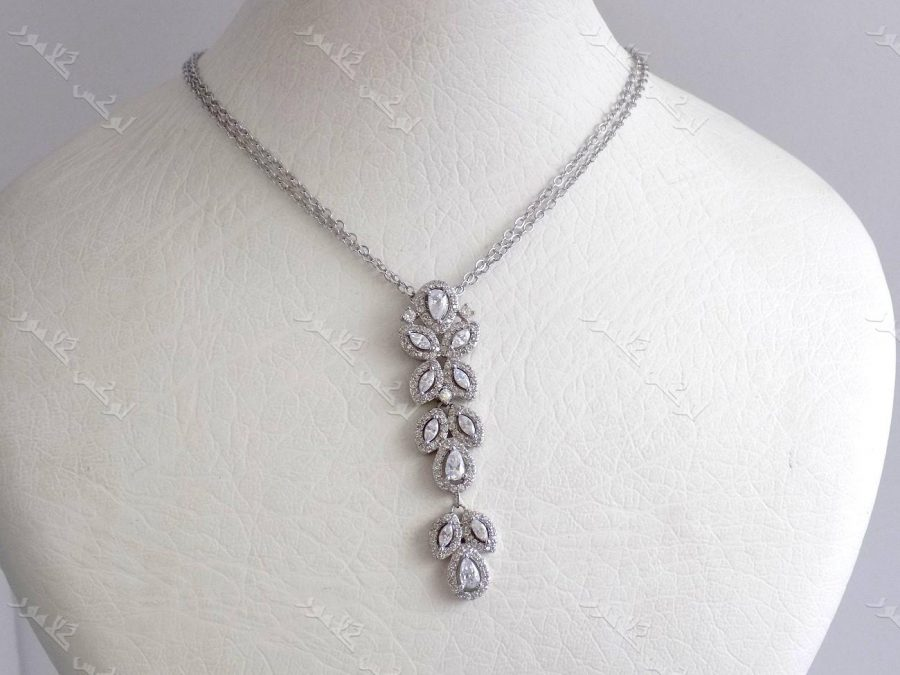 گردنبند جواهر زنانه نقره ای کلیو با نگینهای سواروسکی کد NW-n102 روی استند