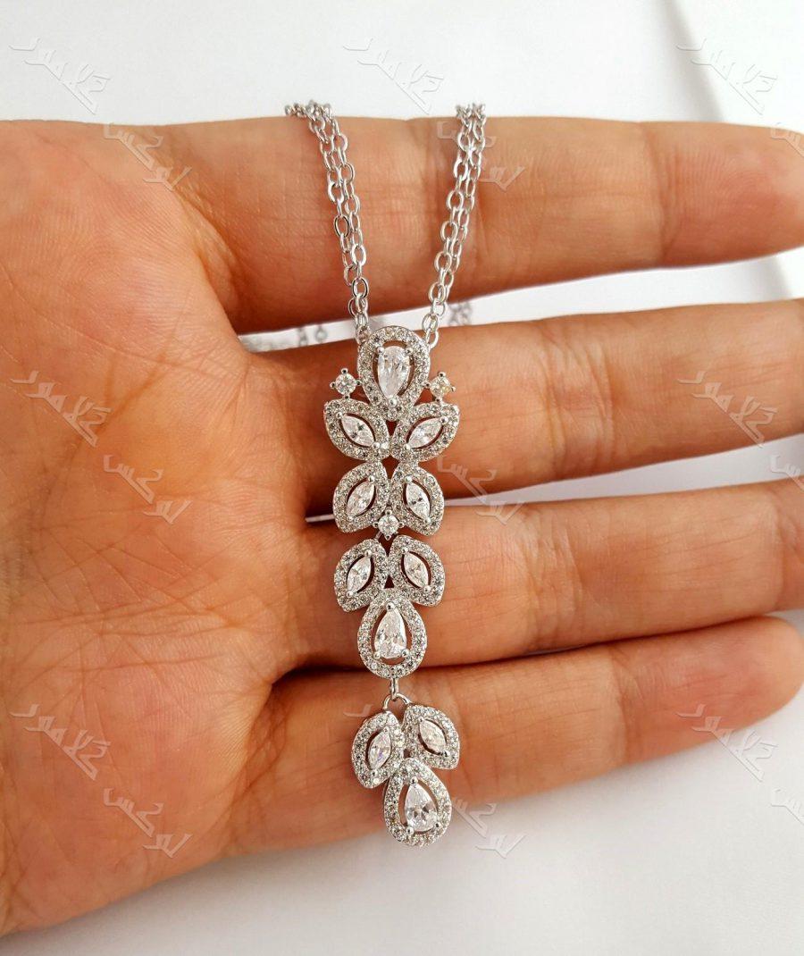 گردنبند جواهر زنانه نقره ای کلیو با نگینهای سواروسکی کد NW-n102 روی دست