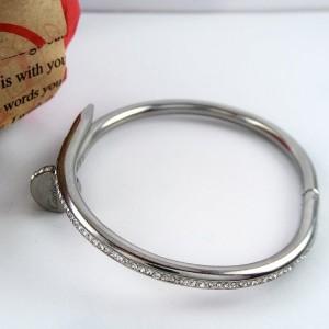 دستبند دخترانه استیل نگین دار کارتیر با قطر 60 میلی متری pr-b140 از نمای روبرو