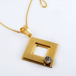 نیم ست زنانه استیل طلایی طرح لوزی نگین کریستالی pr-s128 از نمای گردنبند