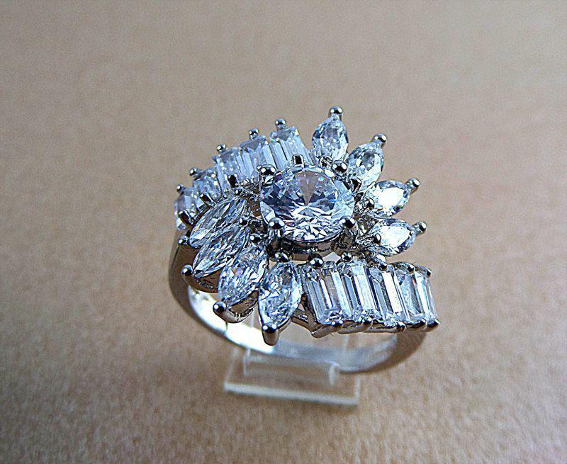 انگشتر زنانه استیل نگین باگت طرح جواهر pr-r118 از نمای روبرو