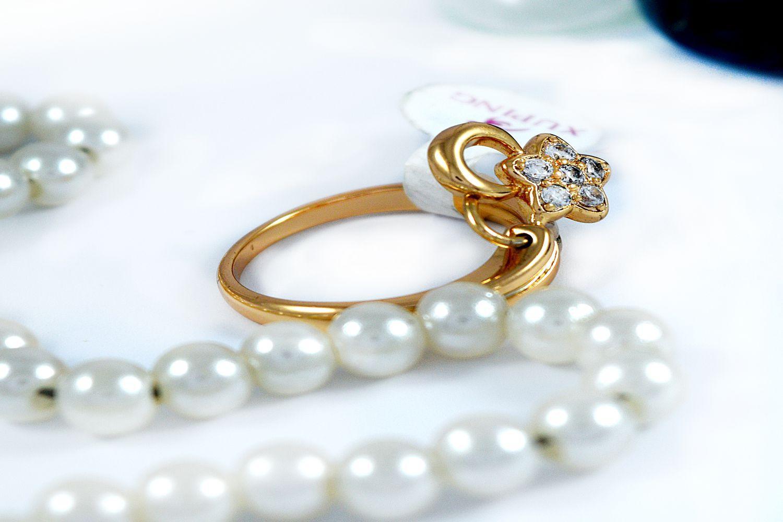 انگشتر دخترانه ژوپینگ با روکش آب طلای 18 عیار و آویز ستاره ای و نگین کریستالی سفید rg-140 از نمای کنار
