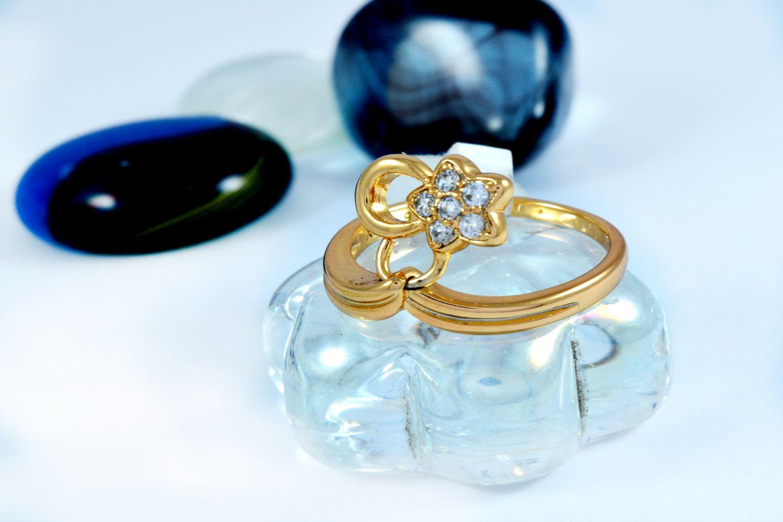 انگشتر دخترانه ژوپینگ با روکش آب طلای 18 عیار و آویز ستاره ای و نگین کریستالی سفید rg-140 از نمای نزدیک