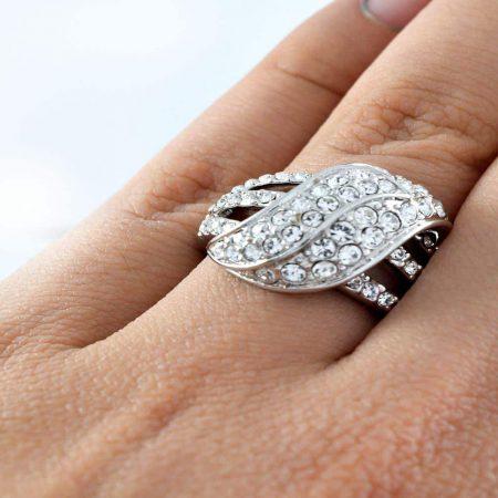 انگشتر زنانه استیل توکه با نگین های کریستالی سفید از جنس زیرکن rg141 از نمای بالا
