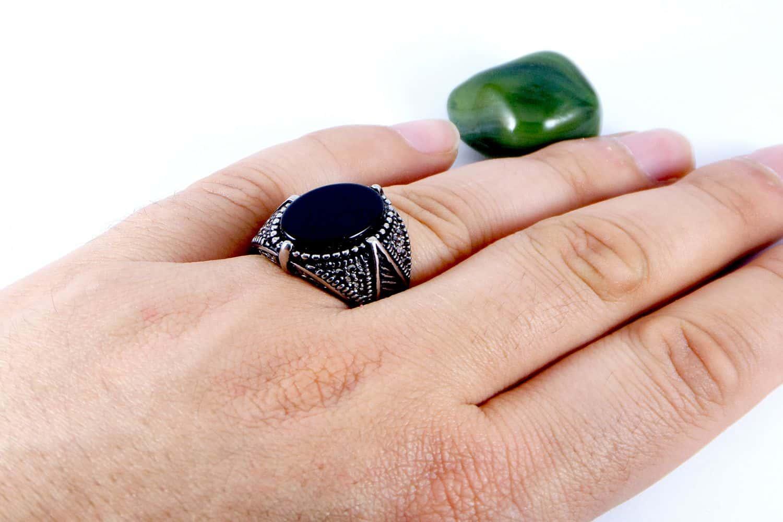 انگشتر مردانه استیل با رگه های مشکی و نگین مشکی pr-m110