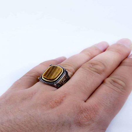 انگشتر مردانه استیل دو رنگ با نگین عقیق زرد رنگ pr-m108 از نمای بالا