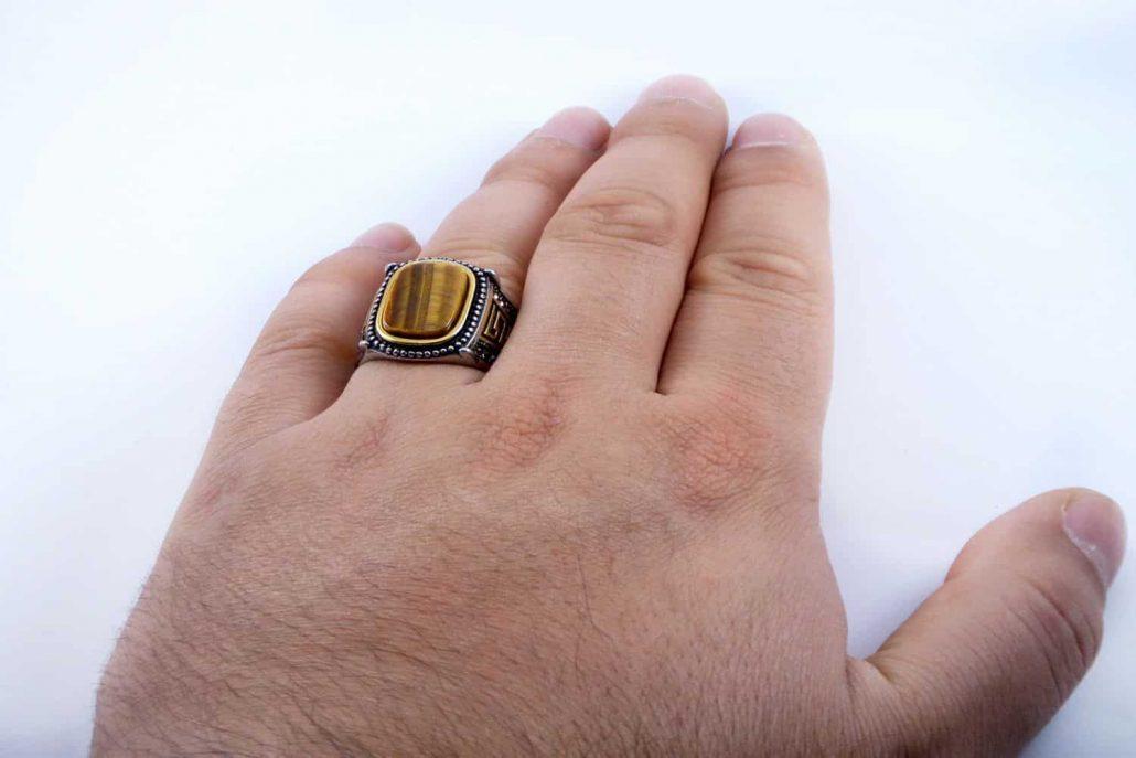 انگشتر مردانه استیل دو رنگ با نگین عقیق زرد رنگ pr-m108 از نمای دور