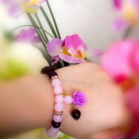 دستبند دخترانه صورتي و بنفش جنس سنتتيك،تركيب با گل فومي ah-d106 از نمای کنار