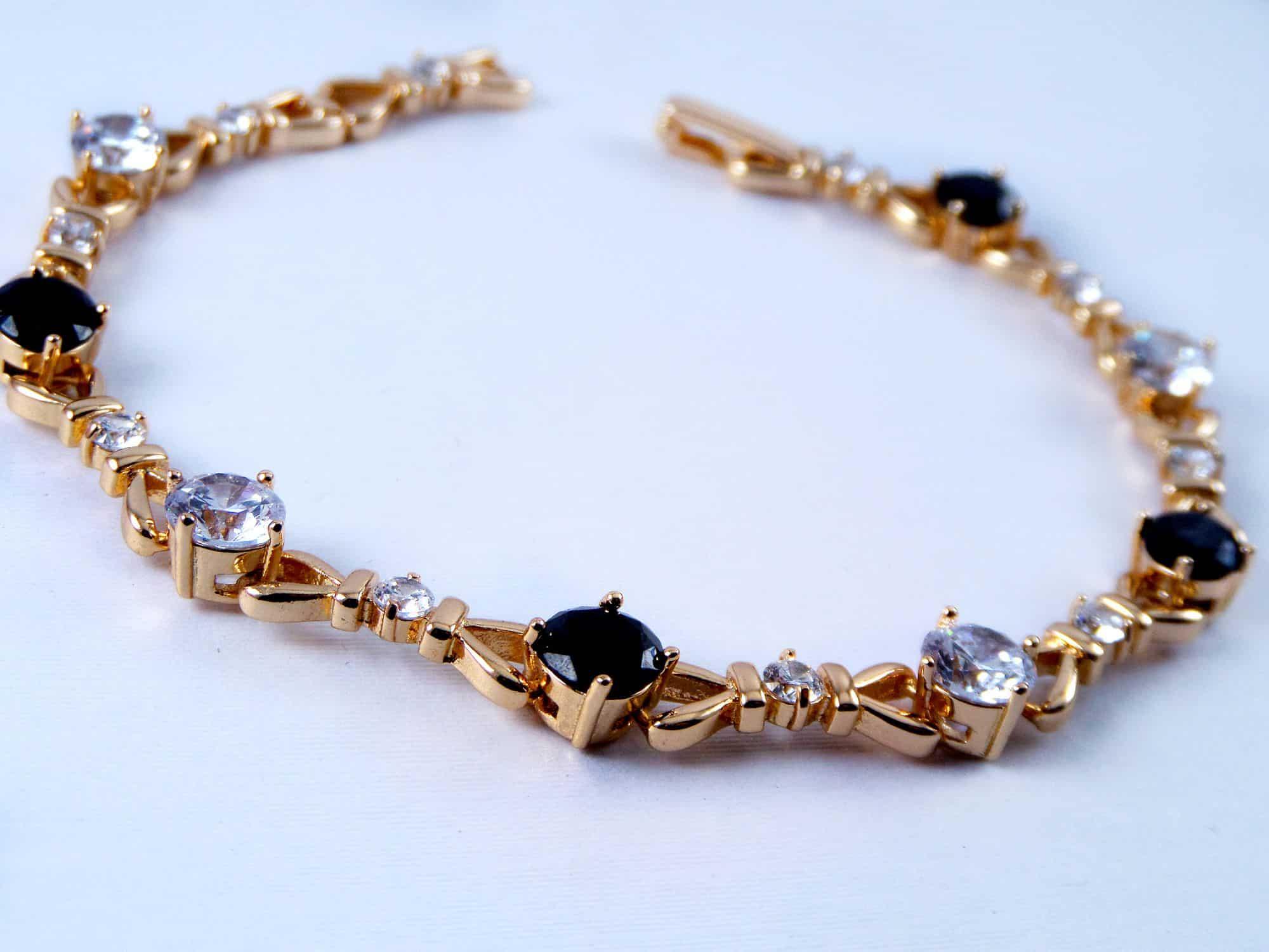 دستبند دخترانه ژوپینگ با نگین های کریستالی سفید و مشکی DS-N156