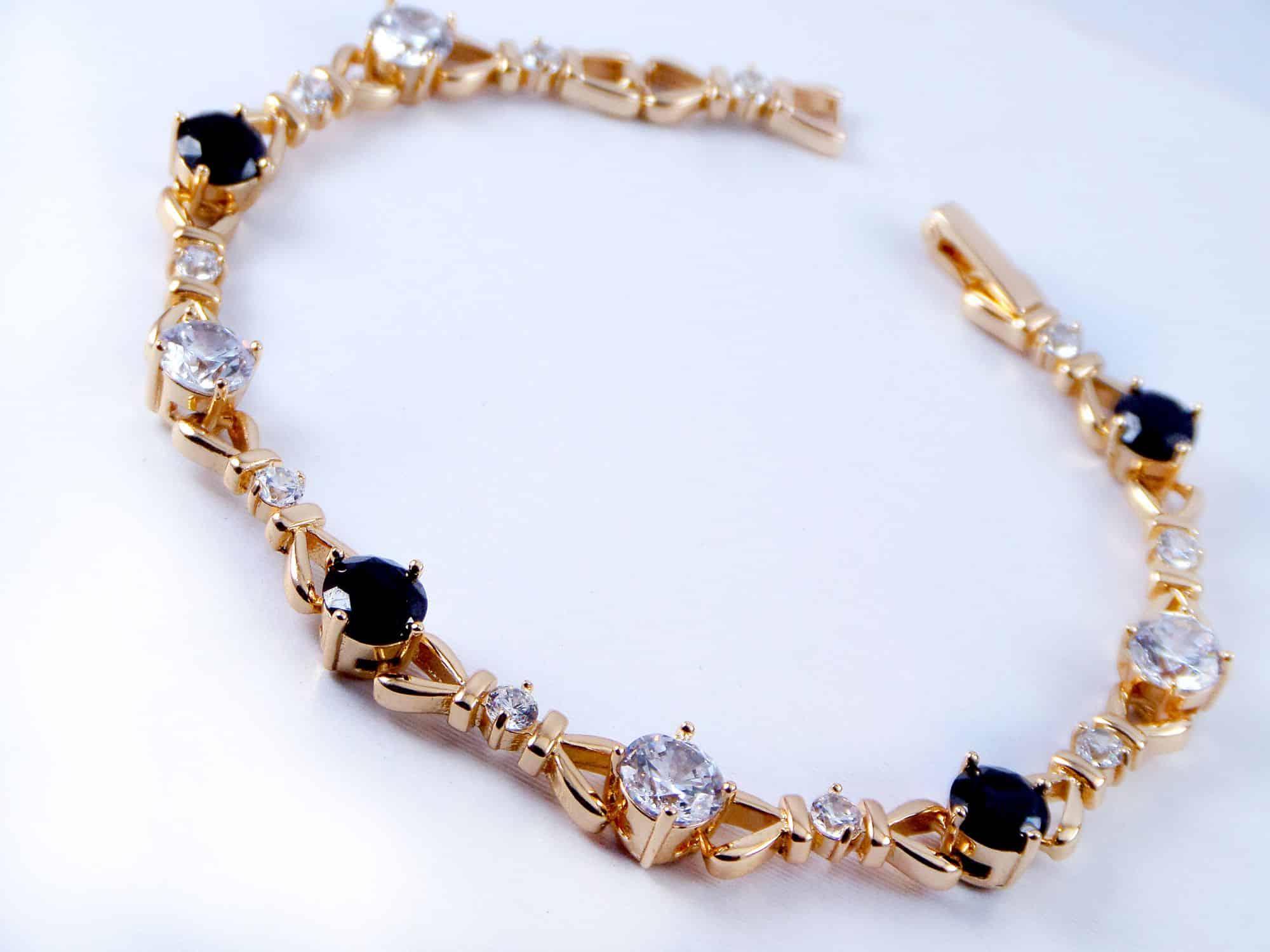 دستبند دخترانه ژوپینگ با نگین های کریستالی سفید و مشکی DS-N156 از نمای بالا
