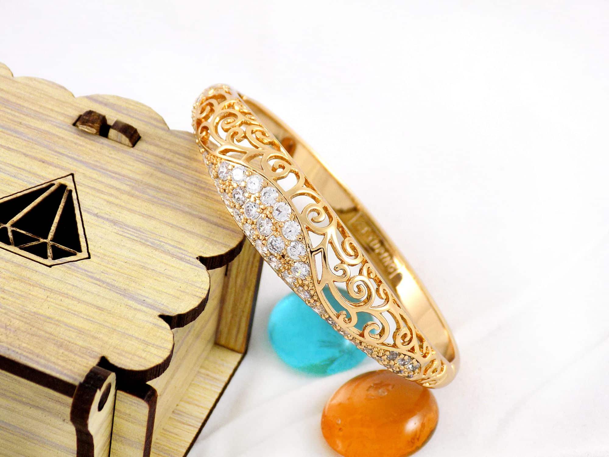 دستبند طرح طلای ژوپینگ با نگین های کریستالی سفید زیرکن ds-n162 از نمای دور
