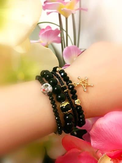 ست دستبند ٤ رديفه مشكي جنس مهره كريستال با تركيب مهره ژاپني ah-d105 از نمای کنار