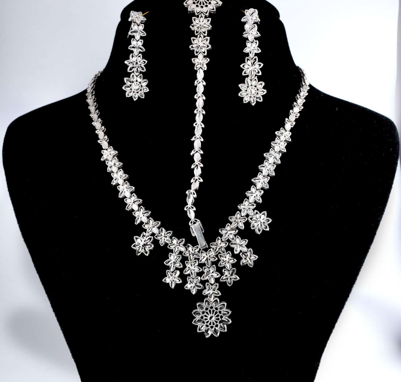سرویس جواهری و تراش نقره با عیار 925 و وزن 30.910 گرمی از نمای دور