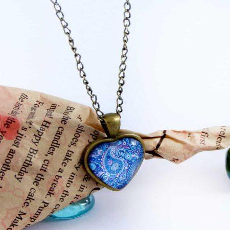 گردنبند رومانتویی دخترانه شیشه ای طرح قلب آبی با زنجیر 37 سانتی pr-ma112 از نمای دور