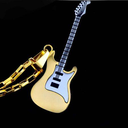 گردنبند گیتار استیل دو رنگ طلایی و نقره ای با زنجیر آجری طلایی pr-g115 از نمای نزدیک