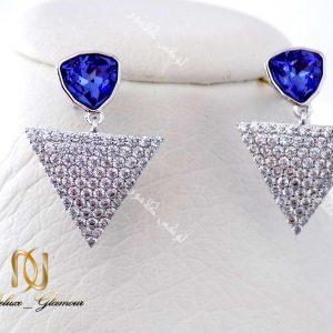 گوشواره دخترانه نگین دار بنفش مثلثی با کریستالهای سواروفسکی Er-n117 عکس روی مانکن