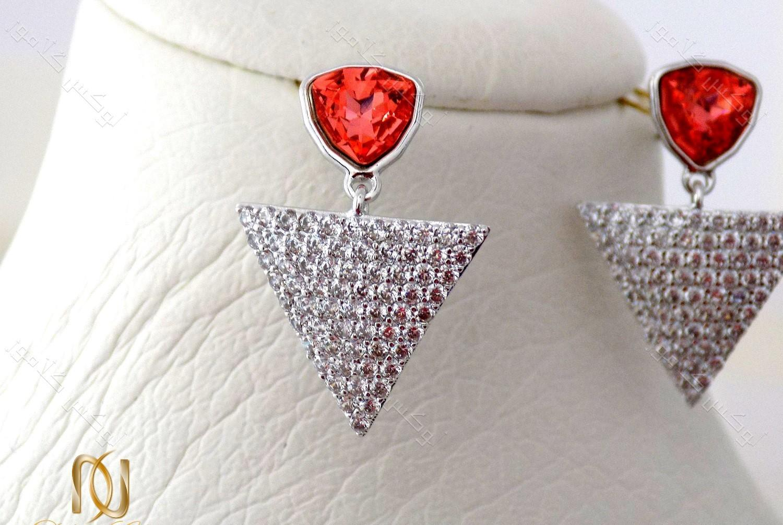 گوشواره دخترانه نگین دار طرح مثلث با کریستالهای سواروفسکی اصل Er-n115 عکس از نزدیک روی مانکن