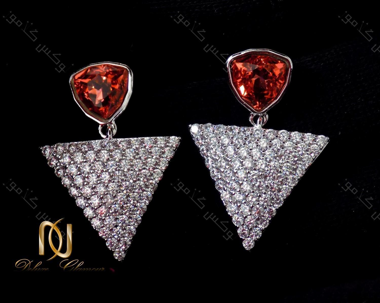گوشواره دخترانه نگین دار طرح مثلث با کریستالهای سواروفسکی اصل Er-n115 عکس کلی روی زمینه مشکی
