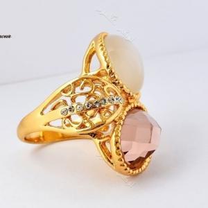 انگشتر دخترانه طلایی با سنگ اپال و کریستال سه بعدی سواروسکی Rg-n132 عکس از بغل
