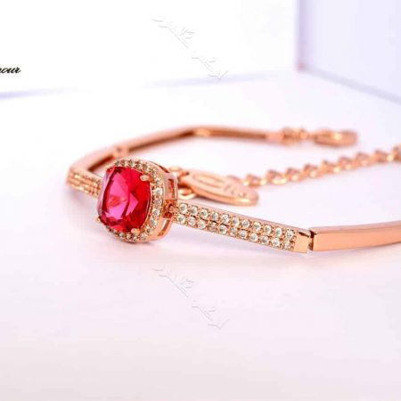 دستبند لوکس دخترانه رزگلد کلیو با کریستال قرمز سواروفسکی اصل Ds-n170 عکس از بغل