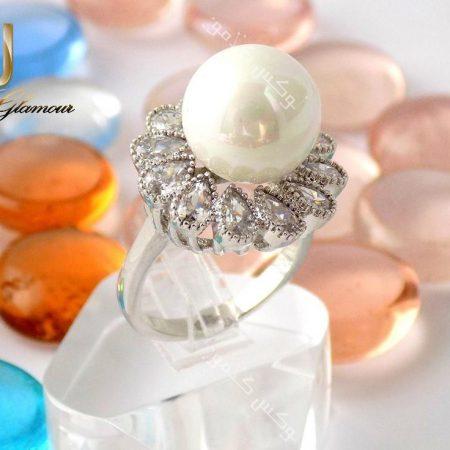 انگشتر زنانه جواهر و مروارید کلیو با کریستالهای سواروسکی اصل Rg-n137 روی استند از نزدیک