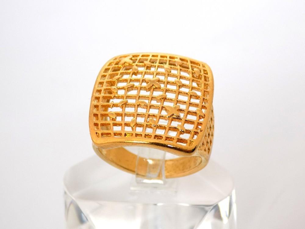 انگشتر زنانه طرح طلای برنجی تاج مربعی مدل توری Rg-n138 نمای کلی انگشتر روی استند