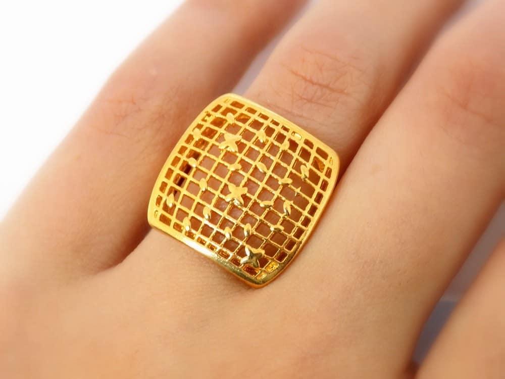 انگشتر زنانه طرح طلای برنجی تاج مربعی مدل توری Rg-n138 عکس انگشتر روی دست