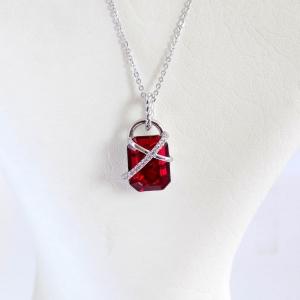 گردنبند ظریف دخترانه ژوپینگ با کریستال سه بعدی قرمز سواروسکی Nw-n120 از روبرو