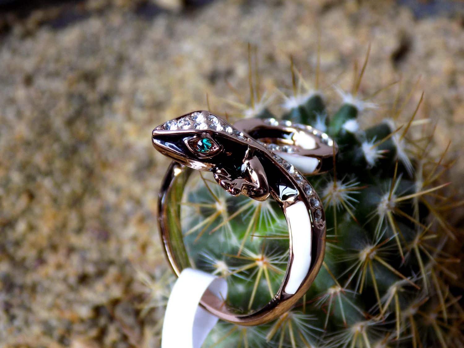 انگشتر دخترانه رزگلد طرح حیوانات با نگین های سفید و سبز سواروسکی rg-n160 (2) از نمای نزدیک