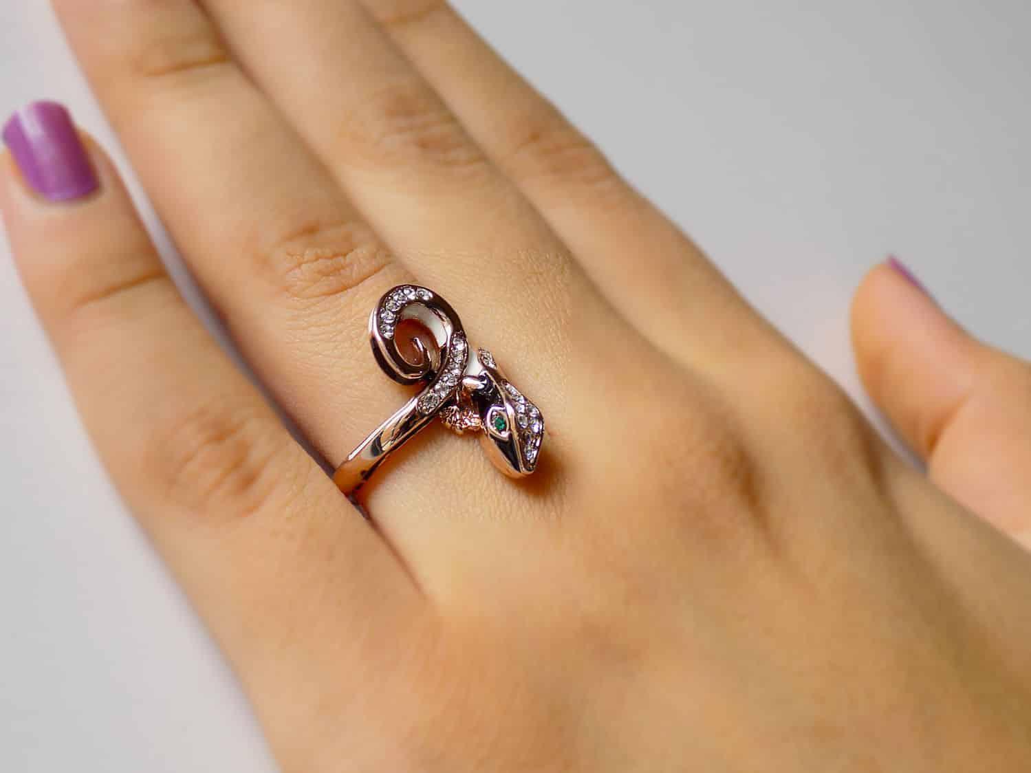 انگشتر دخترانه رزگلد طرح حیوانات با نگین های سفید و سبز سواروسکی rg-n160 از نمای بالا