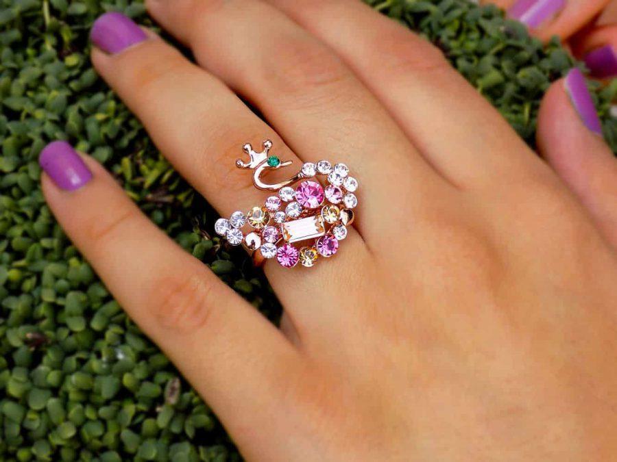 انگشتر دخترانه رزگلد طرح پرنده با نگین های رنگی سواروسکی اصل RG-N159 از نمای روی دست